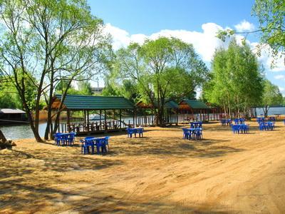 зона отдыха на берегу водохранилища