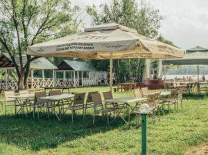 столы под зонтами